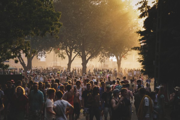 Viele Menschen vor der Hauptbühne - Foto: Jérémie Dubois