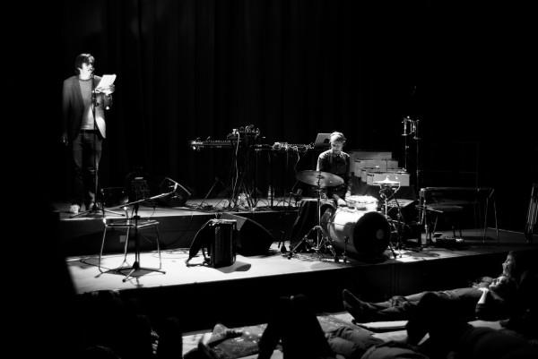 Pedro Lenz (voc, poetry), Simon Baumann (live arrangements, d, keys, elec), Carte Blanche: Simon Baumann, Polstergruppe. Konzert, bee-flat in der Turnhalle im Progr, Bern.