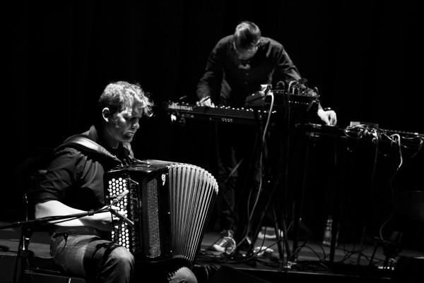 Mario Batkovic (acc), Simon Baumann (live arrangements, d, keys, elec), Carte Blanche: Simon Baumann, Polstergruppe. Konzert, bee-flat in der Turnhalle im Progr, Bern.